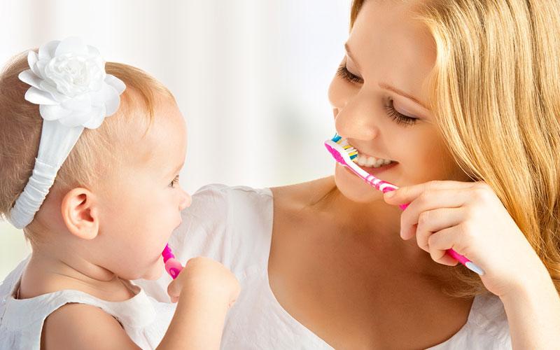 Рекомендуем вам в игровой форме обучат ребенка чистить зубы с момента появления первого зуба