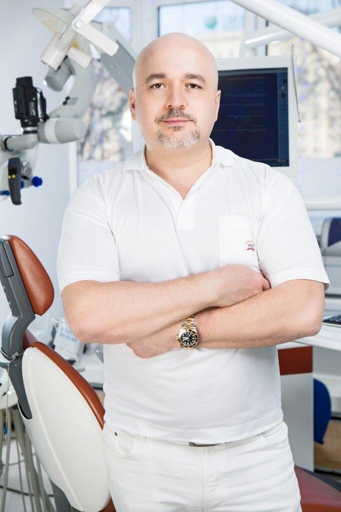 Магомед Дахгильков - челюстно-лицевой хирург, имплантолог, ортопед. Общий стаж работы - более 20 лет, более 5 тысяч проведенных операций на зубах